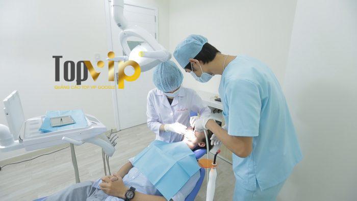 Bác sĩ tiến hành trám răng thẩm mỹ tại phòng phẫu thuật hiện đại